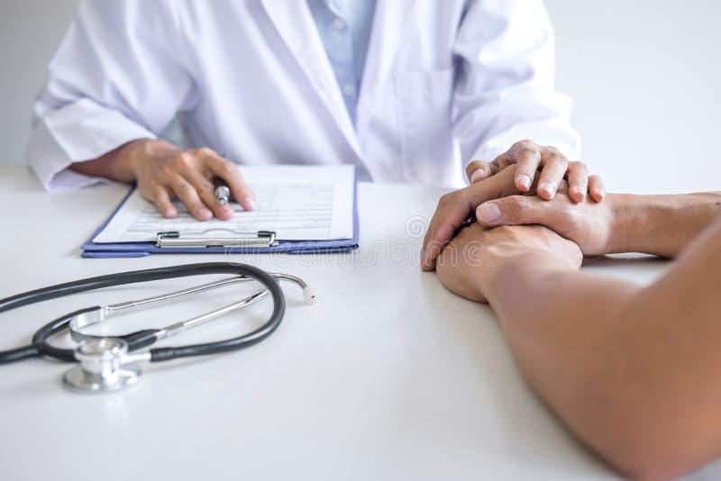 接触鼓励的耐心在医院,欢呼和支持患者,坏消息的医生手和同情,医疗 库存照片