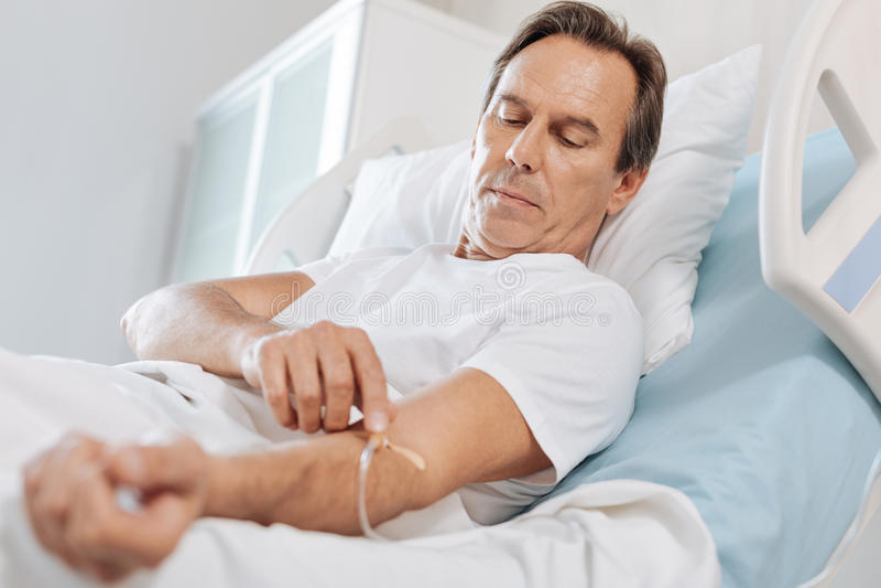 接触IV导尿管的好严肃的人 库存照片