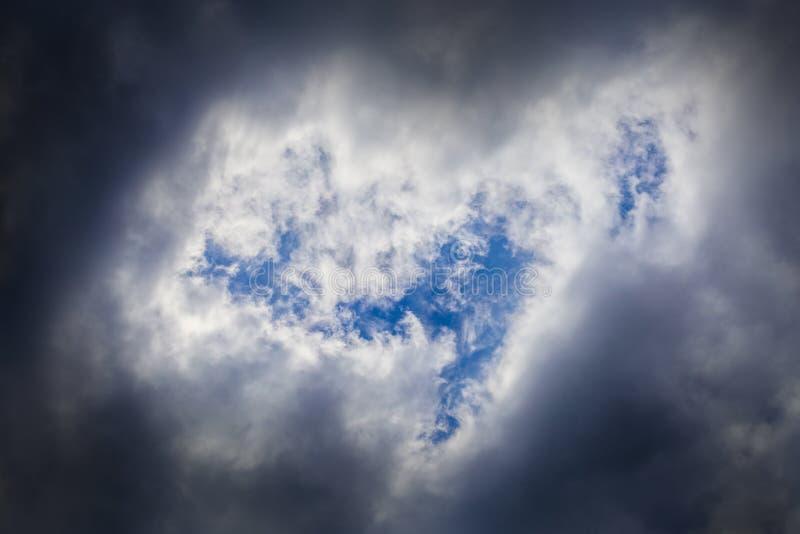 接踵而来的风暴特写镜头cloudscape在行军白天在大陆欧洲 夺取与远摄镜头 图库摄影
