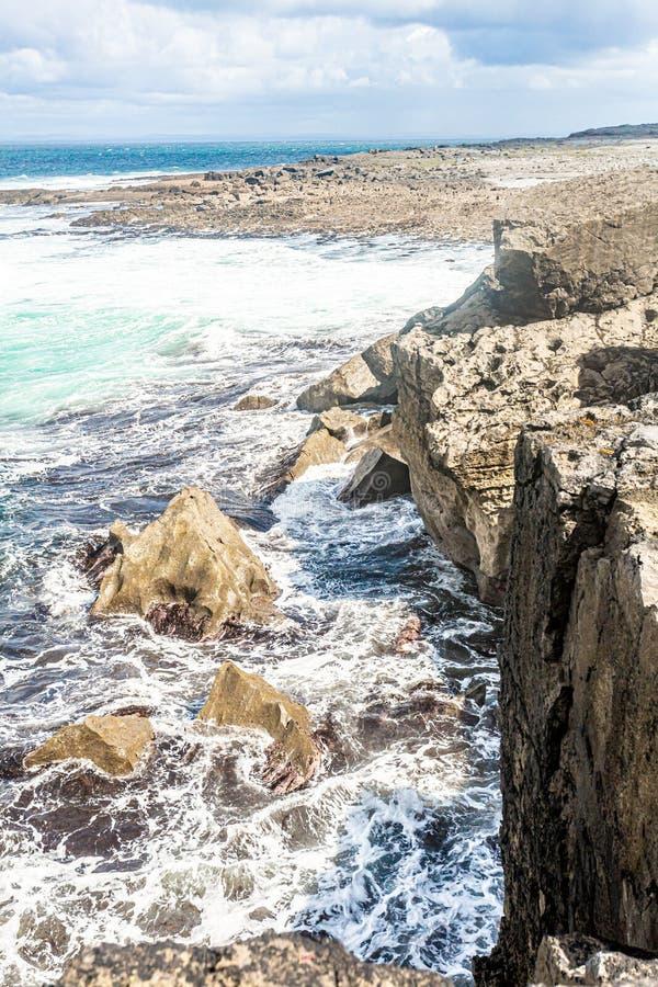 接近与海滩的沿海峭壁与石灰石岩石在背景中 免版税图库摄影
