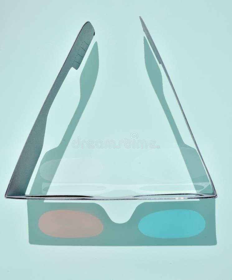 接近乐趣3d玻璃用纸板和塑料组成由看电影的眼睛创造便宜的树光学悟性在 免版税库存照片