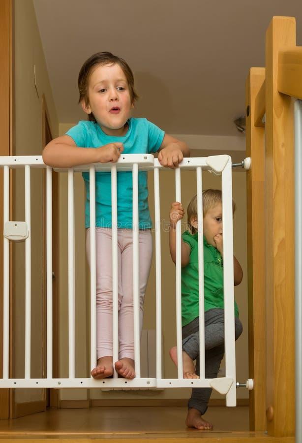 接近台阶的安全门两个女孩 库存图片