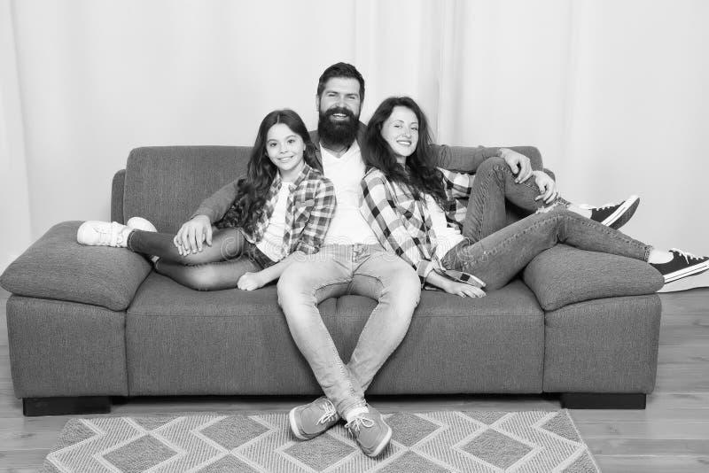 接近和信任的联系 家庭价值观概念 o 家庭一起度过周末 有友好的家庭 库存照片