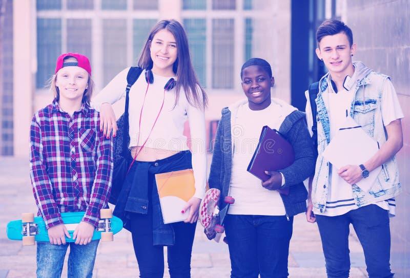 接近大学的少年学生 库存图片