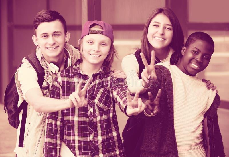 接近大学的少年学生 免版税库存图片