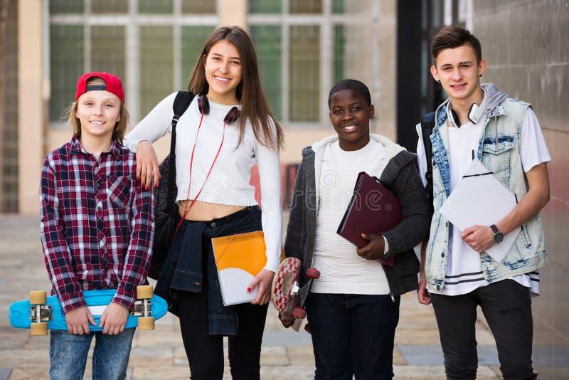 接近大学的少年学生 免版税库存照片