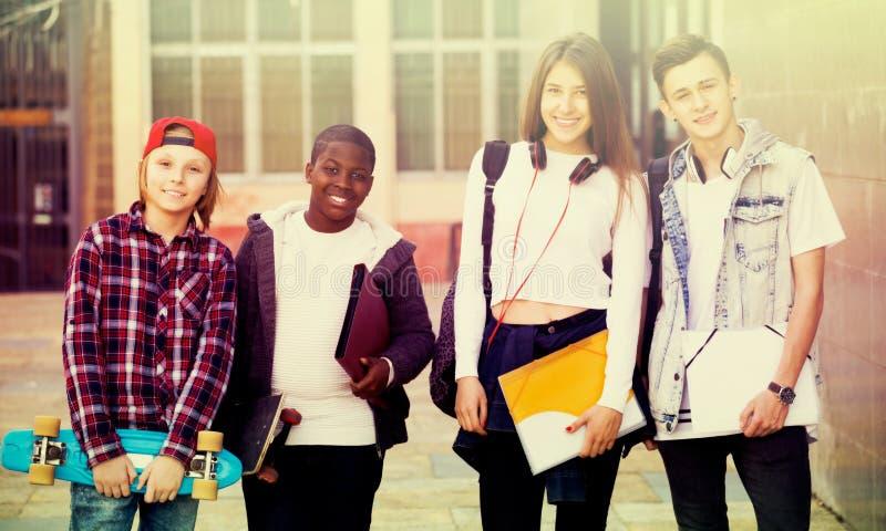 接近大学的少年学生 库存照片