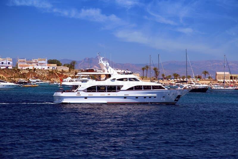 接近对定住的私有马达游艇在Tabarca海岛 免版税库存照片