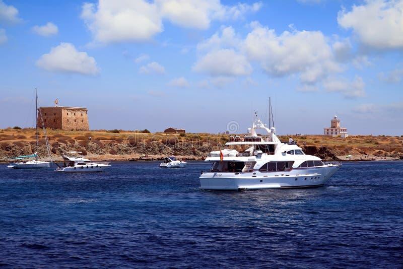 接近对定住的私有马达游艇在Tabarca海岛 库存图片