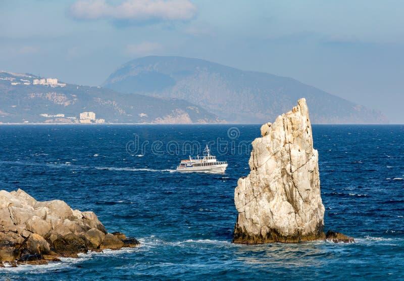 接近岩石的游舫在雅尔塔附近的黑海  免版税库存图片