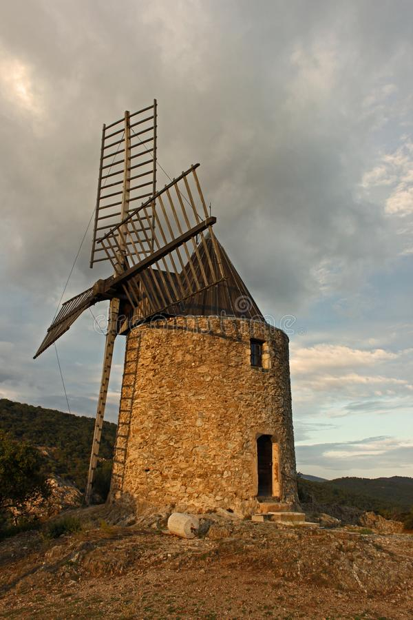 接近拉马蒂埃尔,普罗旺斯,法国的风车 免版税库存照片