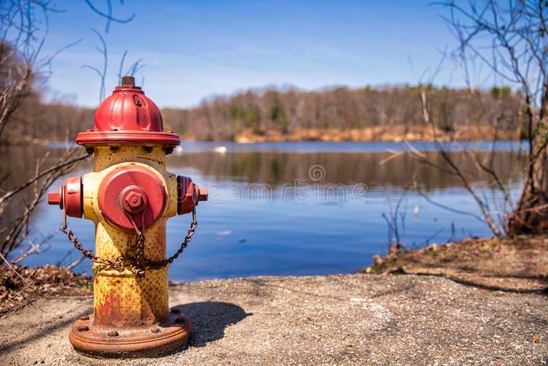 接近水湖的老消防栓 免版税图库摄影