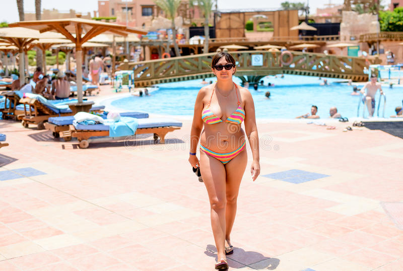 接近照相机的比基尼泳装的可爱的夫人 图库摄影