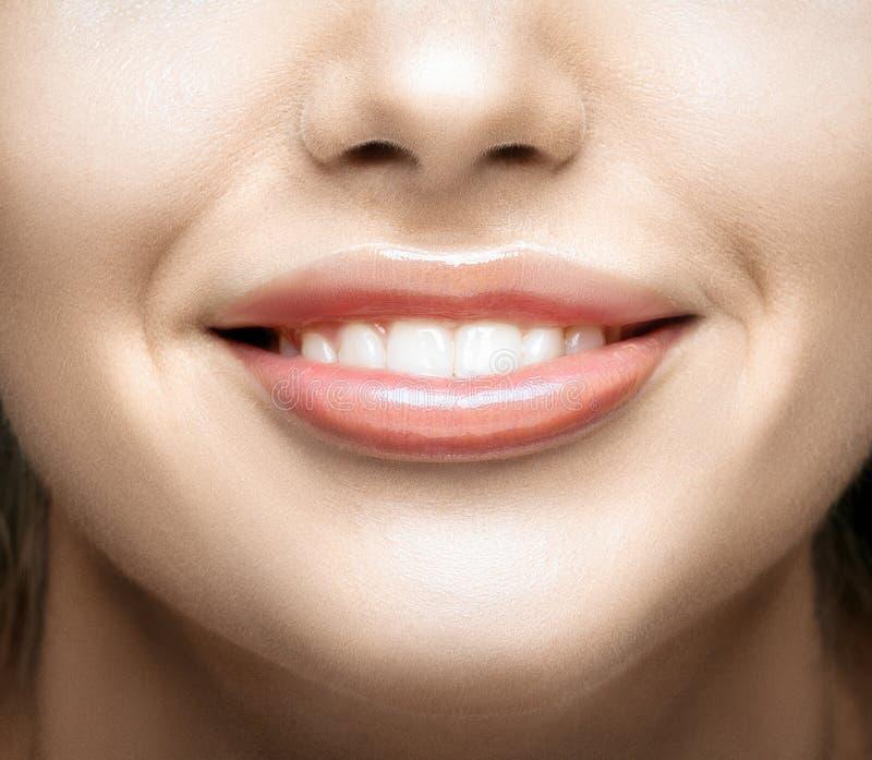 接近的健康微笑牙上升妇女 库存照片