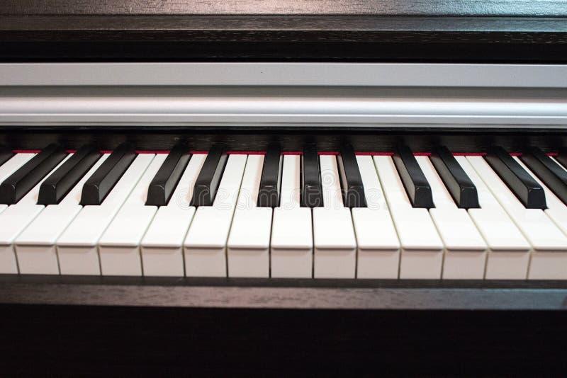 接近的关键董事会钢琴 乐器的元素 库存照片