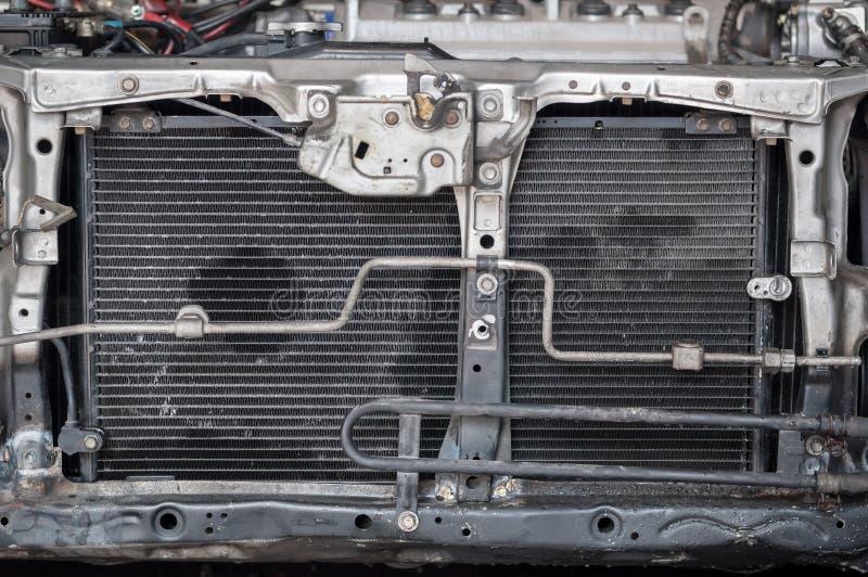 接近的在最前面的紧凑老汽车幅射器蓄冷剂铝背景 图库摄影