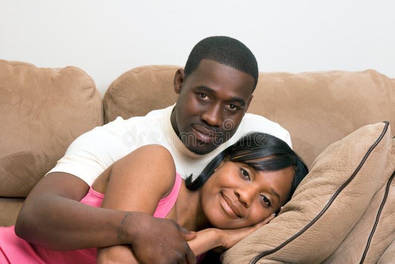 接近的夫妇水平的坐的沙发  免版税库存图片