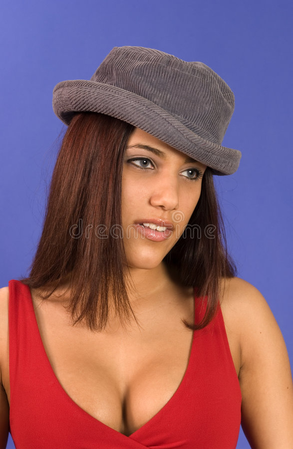 接近的女孩夸大帽子的讲西班牙语的美国人 免版税库存照片