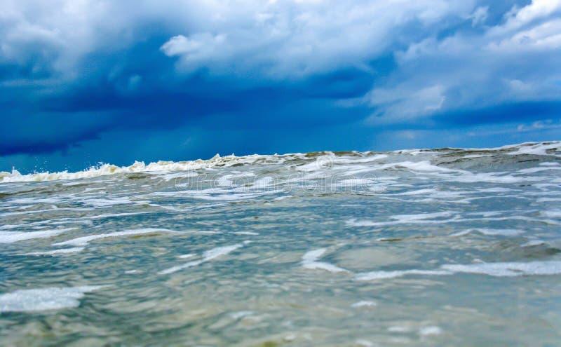 接近的巨大的波浪在蓝色冷的海或海洋 海啸,风暴飓风 免版税库存照片