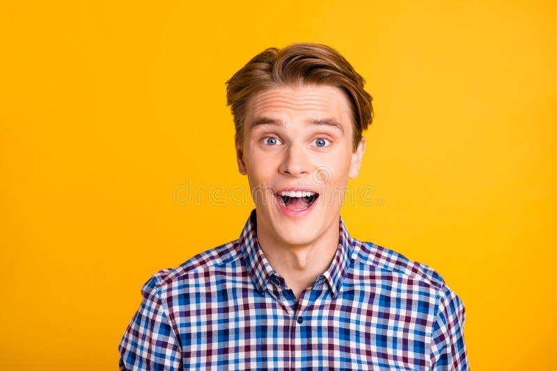接近的照片惊人的年轻人他他他的人激动没有相信眼睛成就完善称呼准备好新 库存图片