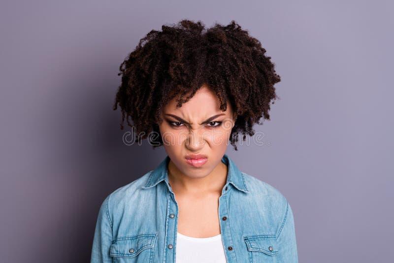 接近的照片有吸引力的夫人失望的皱眉积极的进攻有争吵论据不要传达愤怒 免版税库存照片