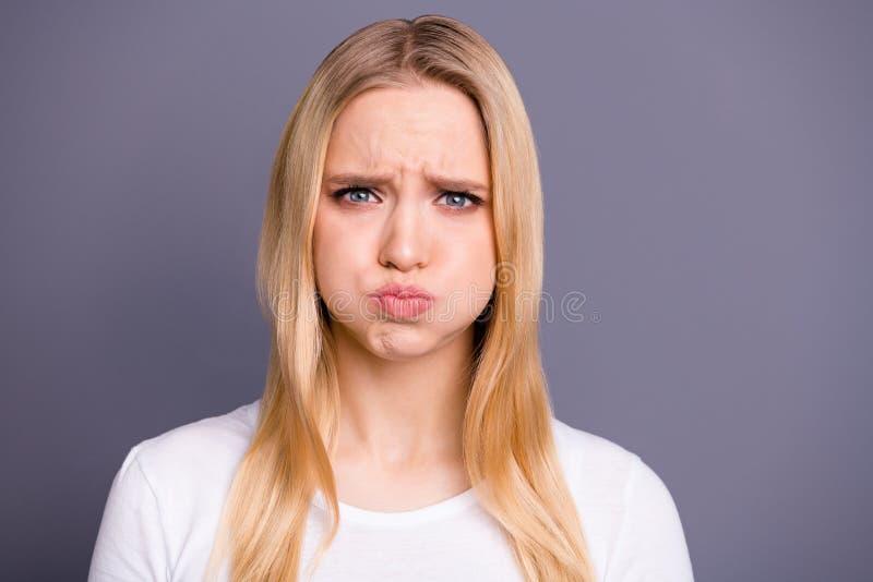 接近的照片美丽她她夫人无礼表情可怕的可怕的情况哭喊进攻男朋友举行 免版税库存图片