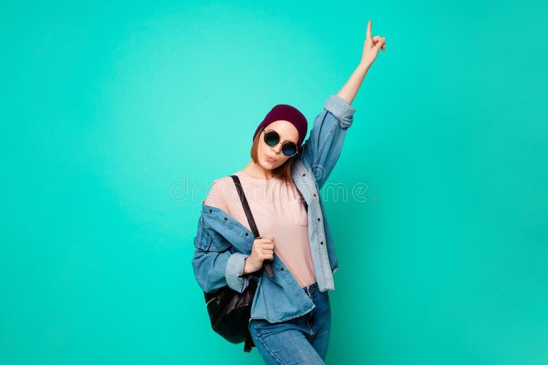 接近的照片美丽她她夫人现代神色表明劝告空的空间的手指购买买家新产品穿戴 图库摄影