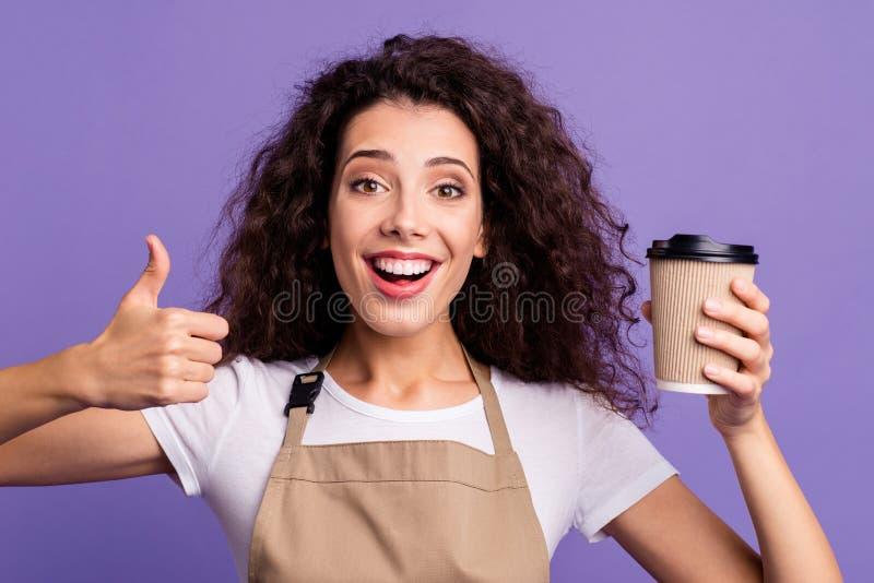 接近的照片美丽她她夫人自助食堂所有者举行手胳膊容器热的新鲜的饮料赞许邀请 库存图片