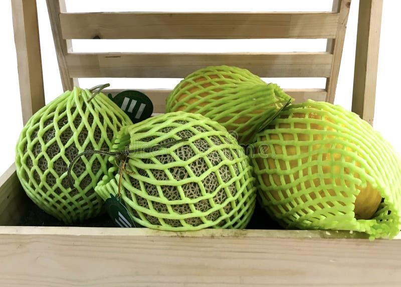接近的瓜保护与在木箱的泡沫网 图库摄影