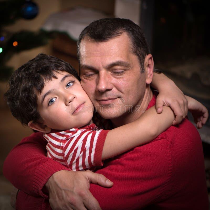 接近的画象愉快的父亲和他可爱的儿子2 库存照片