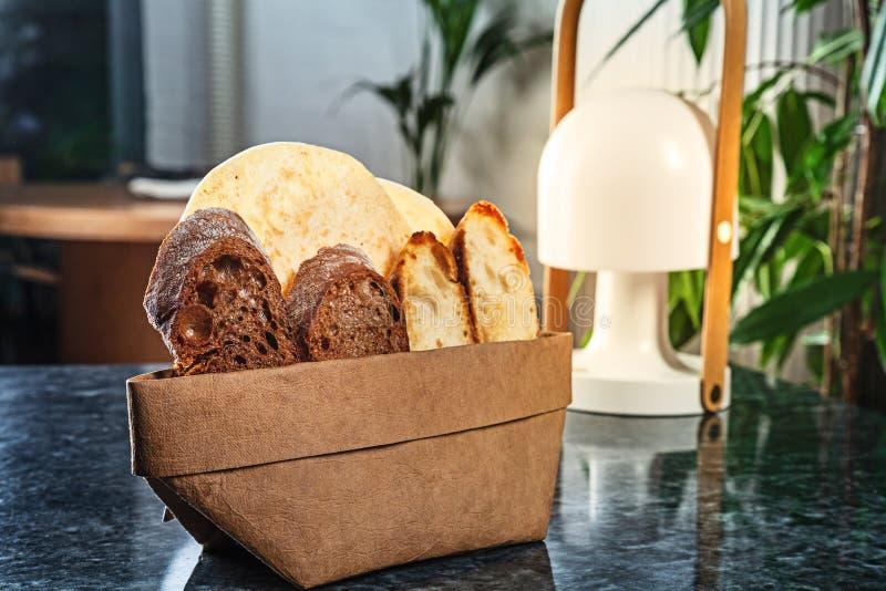 接近的看法为在大理石桌上的切的面包服务与拷贝空间 库存照片