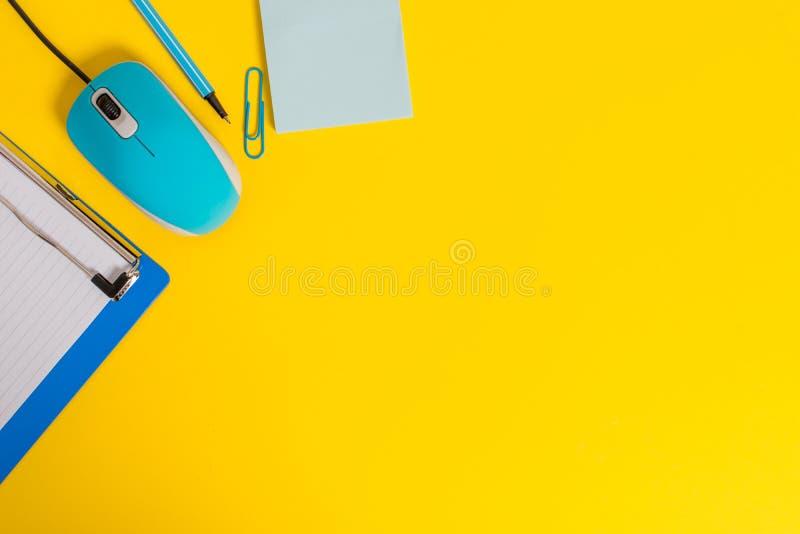 接近的看法剪贴板空白有斑纹的纸板料夹子黏合剂铅笔标志稠粘的笔记计算机导线老鼠小配件上色了 库存图片