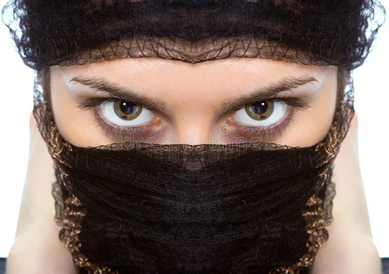 接近的眼睛绿色查找的阿拉伯人妇女 库存图片