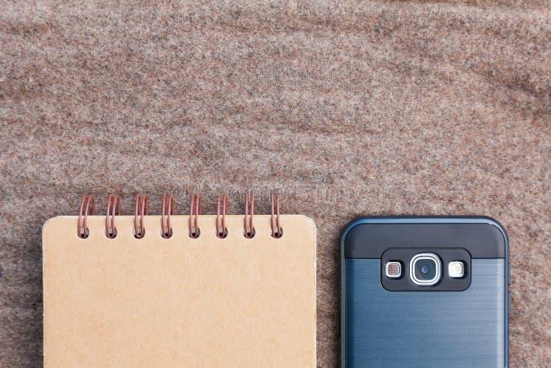 接近的笔记本smartphone 免版税库存照片