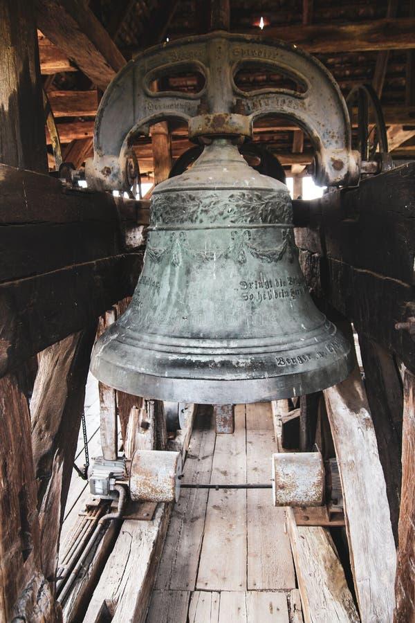 接近的美丽的巨大的中世纪铁响铃老教会 免版税图库摄影