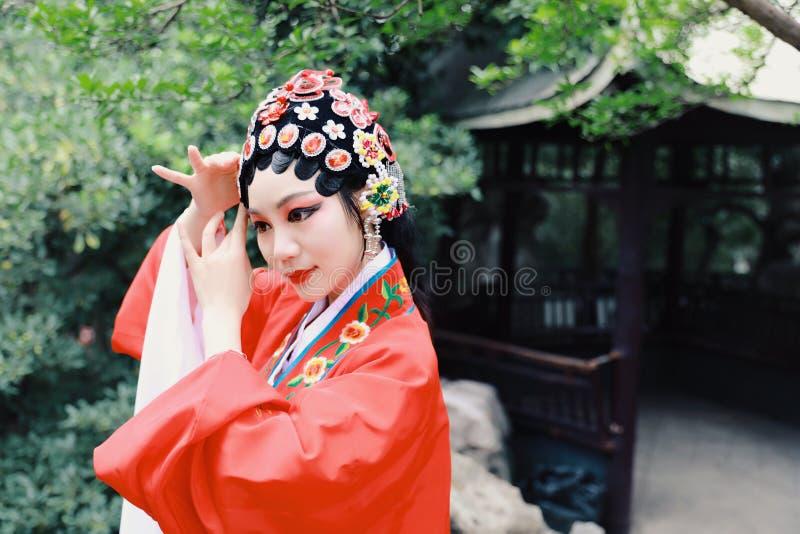 接近的艾萨中国女演员北京京剧打扮亭子庭院传统角色戏曲戏剧礼服执行古老的中国 免版税库存图片
