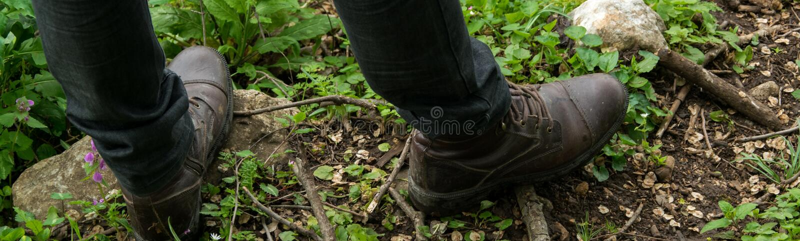 接近的观点的森林道路的人徒步旅行者 探险家,旅行,室外活动,便服 免版税库存图片