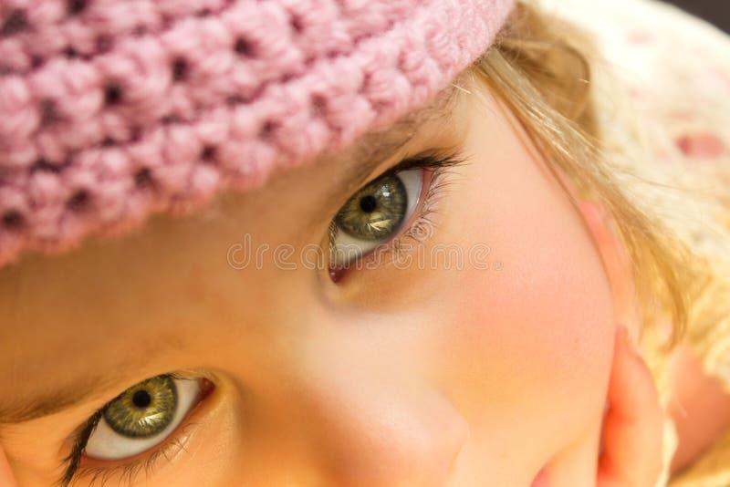 接近的钩针编织女孩帽子一点粉红色 免版税库存照片