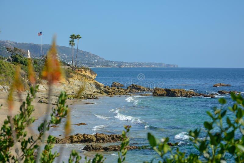 接近码头和路轨和平的surfliner的风景圣克莱芒特海洋边 免版税库存照片