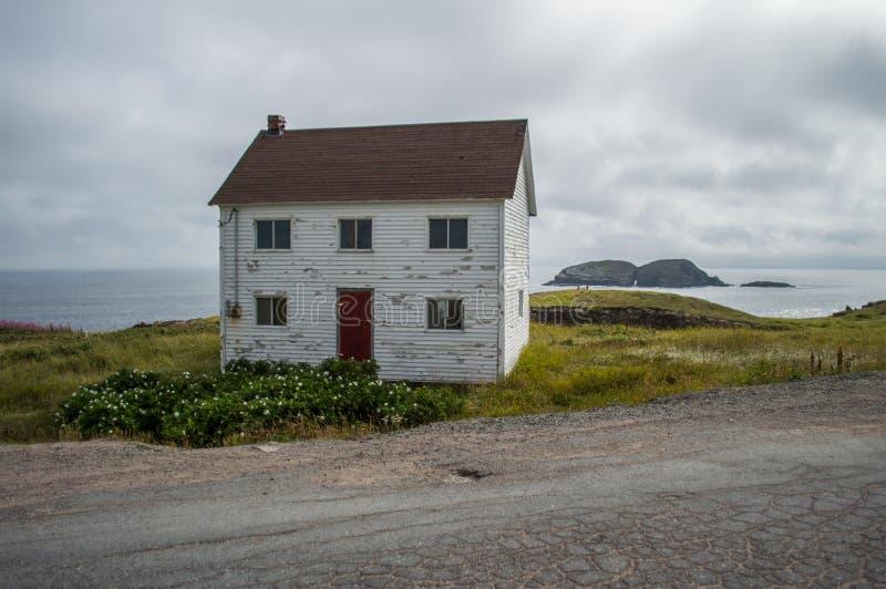 接近Elliston海鹦站点的迷人的白色木议院纽芬兰的 免版税库存照片