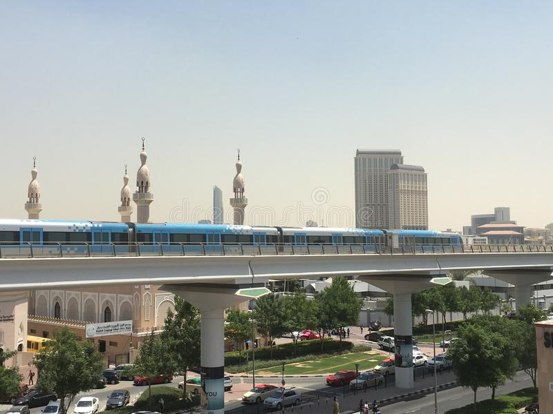 接近Oud Metha地铁站乐团的火车在迪拜 免版税库存图片