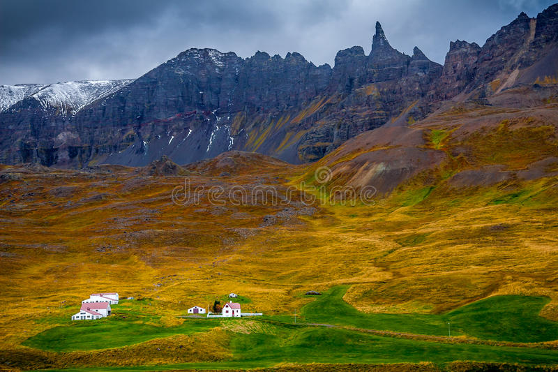 接近Seydisfjordur的一个小村庄 库存图片