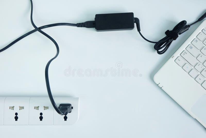 接通适配器便携式计算机电源线充电器在白色背景的 图库摄影