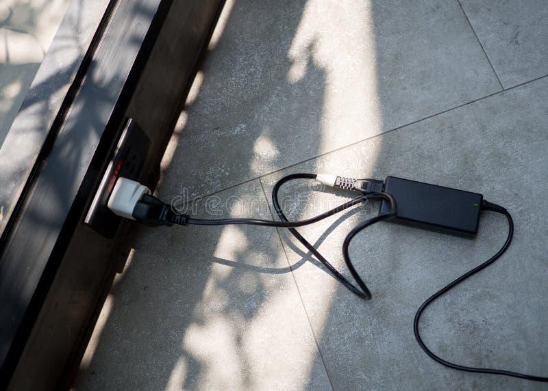 接通适配器便携式计算机笔记本电源线充电器  免版税库存照片