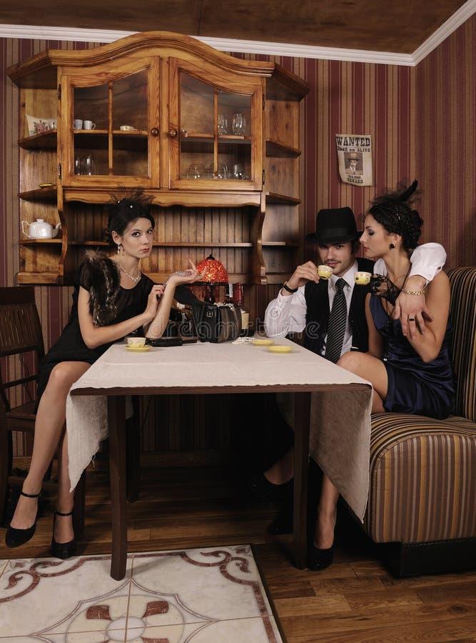 与他的喜爱的上司饮用的咖啡。 免版税库存图片