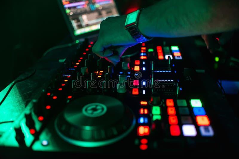 控制和移动在音乐遥控的DJ的手搅拌器 免版税图库摄影