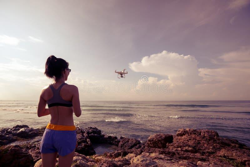 控制在海边岩石的摄影师一条飞行的寄生虫 免版税图库摄影