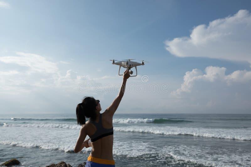 控制在海边岩石的摄影师一条飞行的寄生虫 库存照片