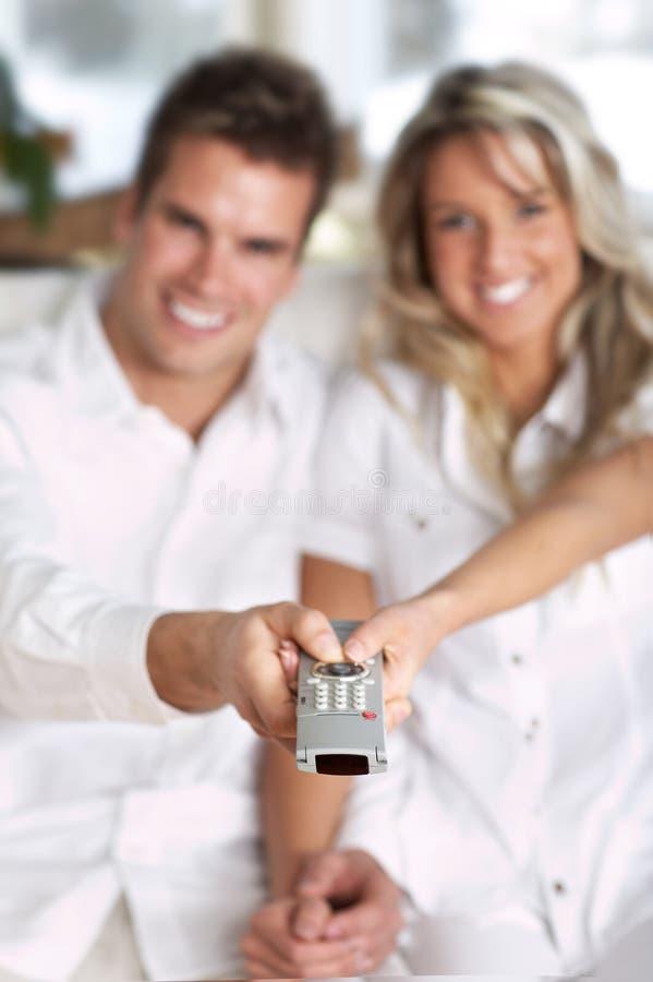 控制夫妇爱远程电视 免版税库存图片