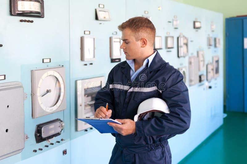 控制室的年轻工程师 免版税库存图片